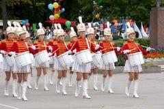 En grupp av ung flickamajoretteshandelsresande Royaltyfri Bild