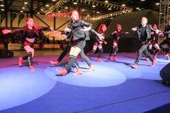 En grupp av unga dansare i ljuset av soffits Royaltyfri Fotografi