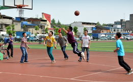 Pengzhou Kina: Kinesiska ungdommar som leker basket Royaltyfri Foto