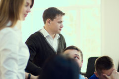 En grupp av unga studenter löser ett problem Royaltyfri Bild