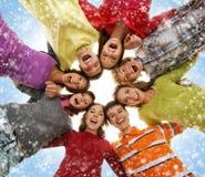 En grupp av unga tonåringar på en snöig bakgrund Fotografering för Bildbyråer
