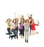 En grupp av unga tonåringar som tillsammans hoppar arkivfoto
