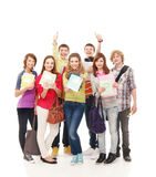 En grupp av unga tonåringinnehavanteckningsböcker Arkivbild