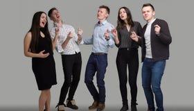 En grupp av ungdomarallsång Royaltyfri Bild