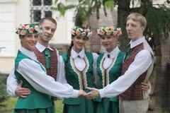 En grupp av ungdomarav lettiska folk dräkter Royaltyfri Bild