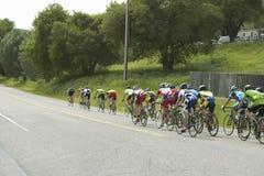 En grupp av vägcyklister som reser över huvudväg 58 i CA Arkivbild