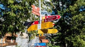 En grupp av vägmärken i vintern skidar staden Murren i schweiziska fjällängar, Schweiz royaltyfria foton