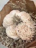 En grupp av vita konstgjorda blommor Royaltyfri Foto