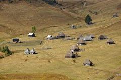 En grupp av wood traditionella hus i de Apuseni bergen Arkivbilder