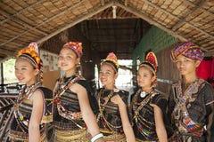 En grupp från den Rungus person som tillhör en etnisk minoritet Arkivfoton