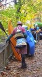 En grupp människor som går ner in i Tallulah Gorge för ett beträffande vatten Royaltyfri Foto