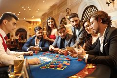 En grupp människor som spelar att spela i en kasino royaltyfria bilder