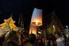 En grupp släpper att sväva lyktor i Chiang Mai, Thailand Arkivfoton