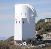 En grupp turnerar Steward Observatory på Kitt Peak Royaltyfri Bild