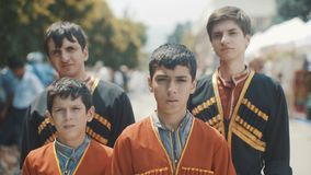 En gruppstående av muslimska pojkar Barn i en nationell Caucasian dräkt stock video