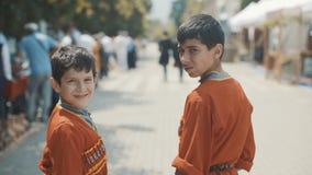 En gruppstående av muslimska pojkar Barn i en nationell Caucasian dräkt lager videofilmer