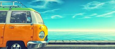 En gul bil på huvudvägen Arkivfoton