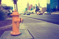 En gul brandpost på vägen Arkivbilder