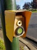 En gul gatatrafikljusknapp, str?mbrytare f?r g?ngare p? gatakorsningen, closeup arkivfoton