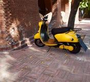 En gul motorcykel Arkivfoto