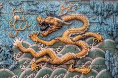 En gul skräckinjagande drake på niona Dragon Wall Royaltyfria Foton
