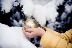 en guld- boll för nytt år fotografering för bildbyråer