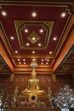 En guld- Buddhabild i ett härligt dekorerat kapell Arkivfoto