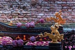 En guld- detalj från en gondol i Venedig arkivbild