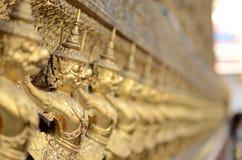 En guld- garuda för rad Royaltyfria Bilder