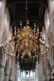 En guld- ljuskrona inom en kyrka royaltyfria foton