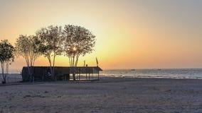 En guld- solnedgång på stranden Arkivbilder