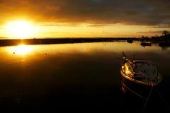 En guld- soluppgång över den Cockwood hamnen, UK arkivfoton