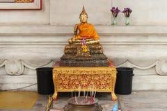 En guld- staty av Buddha installerades under korridoren av huvudbyggnaden av Wihan Phra Mongkhon Bophit i Ayutthaya (Thailand) Royaltyfri Bild