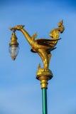 En guld- svanlyktstolpe Fotografering för Bildbyråer