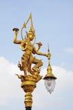 En guld- thai ängelbelysningpol Royaltyfri Bild