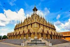 En guld- thailändsk tempel Royaltyfri Bild