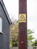 En guling- och svartfara av dödtecknet med den elektriska bulten och M Royaltyfri Foto