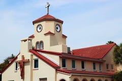 Höna vänder mot kyrkan Arkivfoto