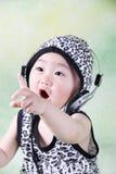 En gullig kinesisk pojke bär en hatt och en earhole arkivfoton
