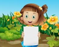 En gullig liten flicka som rymmer ett tomt ark av papper Arkivfoton