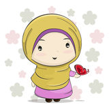 En gullig muslimsk flickatecknad film med den röda fjärilen på hennes hand vektor illustrationer