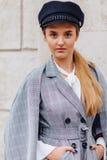 En gullig n?tt flicka i en stilfull dr?kt g?r runt om staden och poserar arkivfoto
