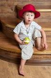 En gullig pojke med ett äpple. Royaltyfri Bild