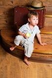 En gullig pojke med ett äpple. Arkivbild