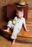 En gullig pojke med ett äpple. Arkivfoto
