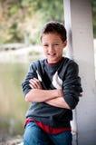 Stående av den unga pojken bredvid pol Royaltyfria Bilder