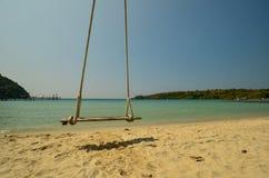 En gunga är på en strand Arkivbilder