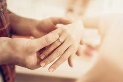 En Guy Gives en Ring To Girlfriend valentin för dag s arkivfoton