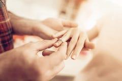 En Guy Gives en Ring To Girlfriend valentin för dag s royaltyfri fotografi
