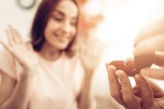 En Guy Gives en Ring To Girlfriend valentin för dag s royaltyfri bild